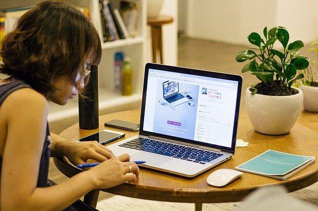 žena s počítačem