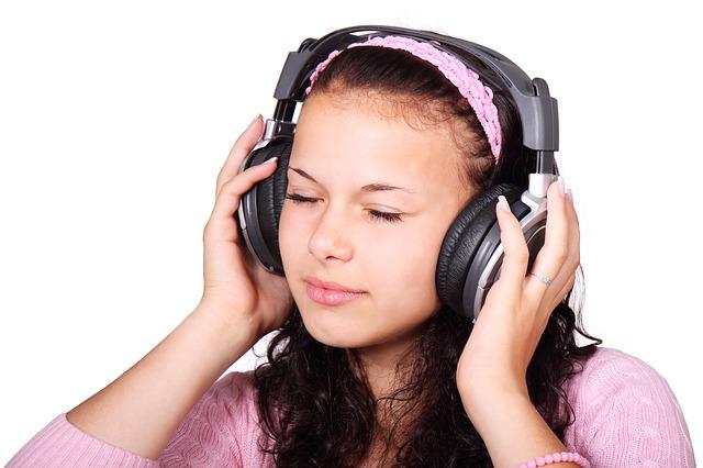 děvče a sluchátka