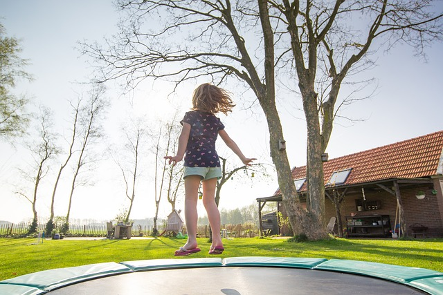 dívka na trampolíně.jpg