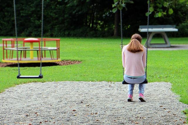 dívka na houpačce.jpg
