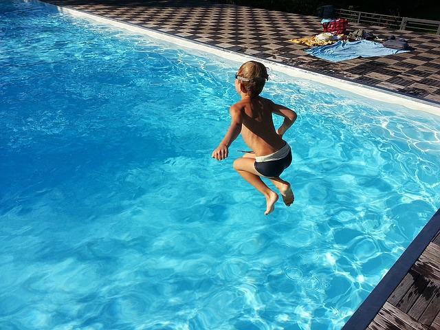 chlapec nad bazénem.jpg
