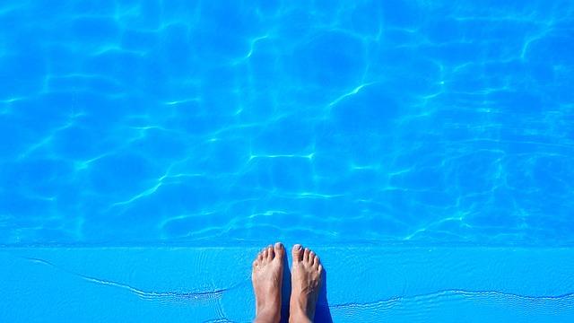 nohy na kraji bazénu.jpg