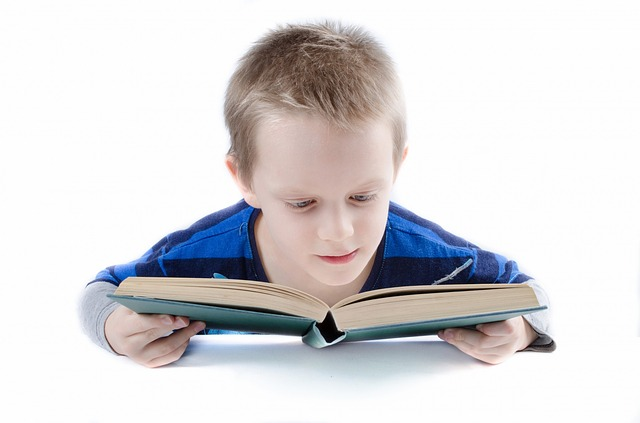 čtení chlapce